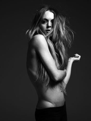 Hollywood yıldızı Lindsay Lohan gün geçtikçe zayıflıyor. Lohan'ın yayınlanan son pozları aşırı derecede kilo verdiğini gözler önüne serdi.